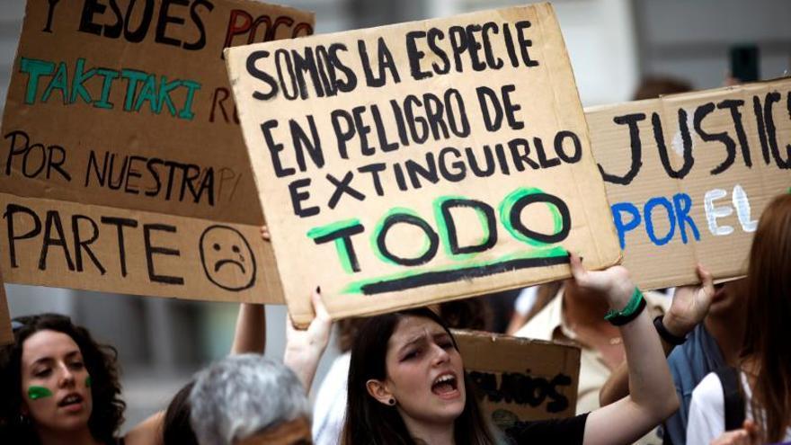 Jóvenes dan comienzo a la semana de acciones por el clima frente al Congreso