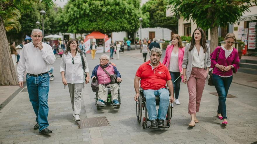 Vidina Espino, candidata de Ciudadanos a la Presidencia del Gobierno de Canarias, este sábado, en Los Llanos de Aridane, con representantes de la Asociación de Discapacitados Físicos de La Palma (Adfilpa).