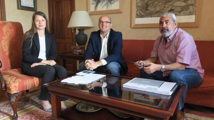 María Rosa Cárdenas,  representante del Programa Persona y Biosfera de la Unesco; Anselmo Pestana, presidente del Cabildo de La Palma, y Antonio San Blas, director de la Fundación de la Reserva Mundial de la Biosfera de La Palma.