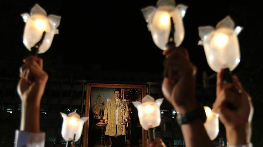 El fallecido rey de Tailandia, representante de Buda y los dioses hindúes