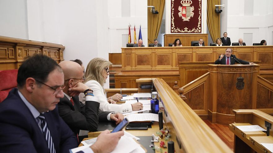 Fernando Mora (PSOE) se dirige a la bancada de la derecha