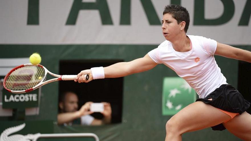 La tenista española Carla Suárez Navarro devuelve la bola a la estadounidense Taylor Townsend durante el partido de tercera ronda del torneo Roland Garros que enfrentó a ambas en París (Francia) hoy, viernes 30 de mayo de 2014. EFE