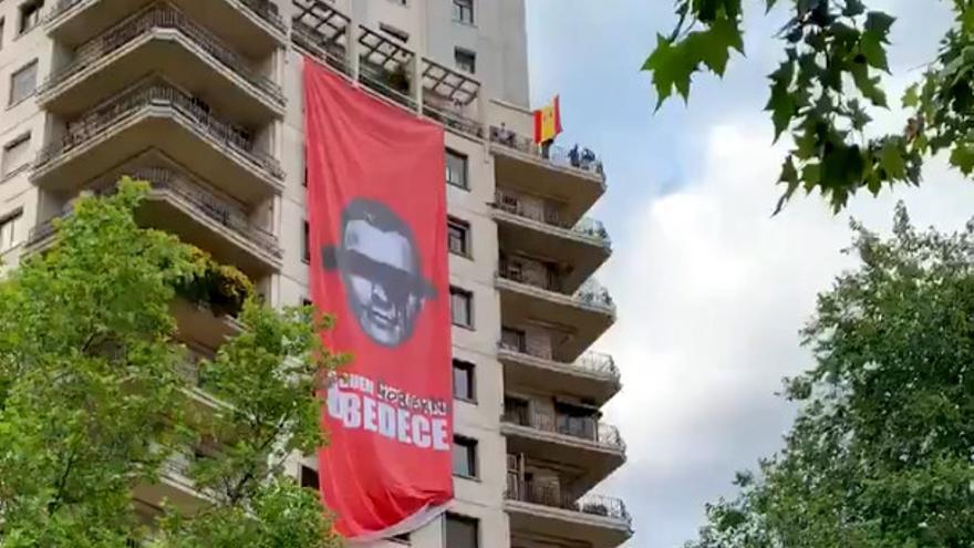 Captura del video publicado por Alvise Pérez durante el despliegue de la pancarta en el edificio Huarte