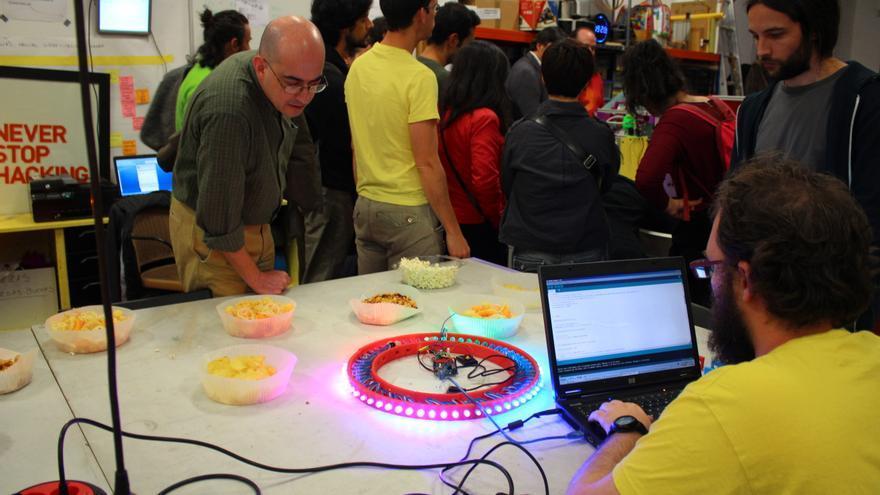 Samuel Villafranca con el roj que está construyendo con una placa Arduino