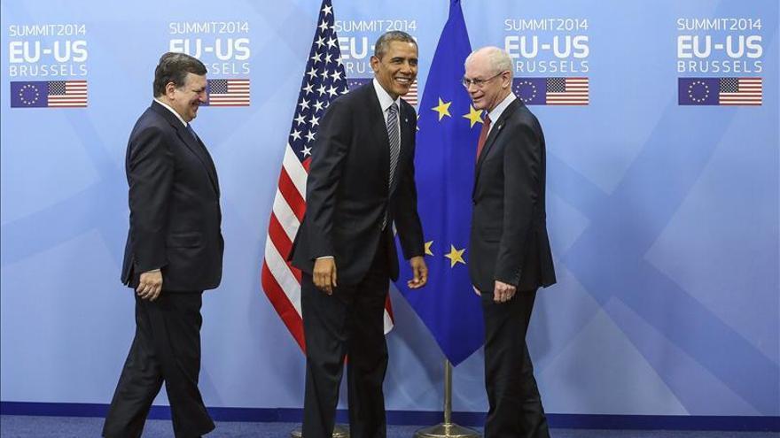 El presidente de la Comisión Europea, Jose Manuel Durao Barroso, el presidente estadounidense, Barack Obama, y el presidente del Consejo Europeo, Herman Van Rompuy, en la sede del Consejo Europeo en Bruselas (Bélgica).