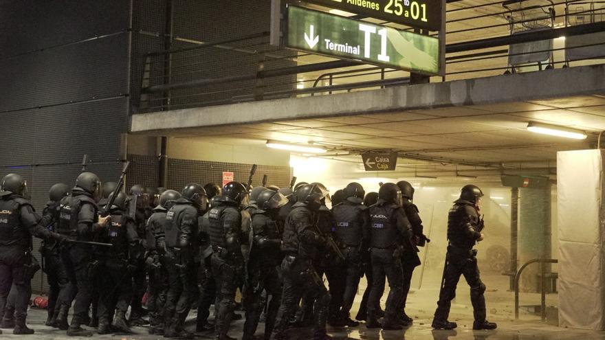 La policía se vio desbordada en varias ocasiones durante las protesas
