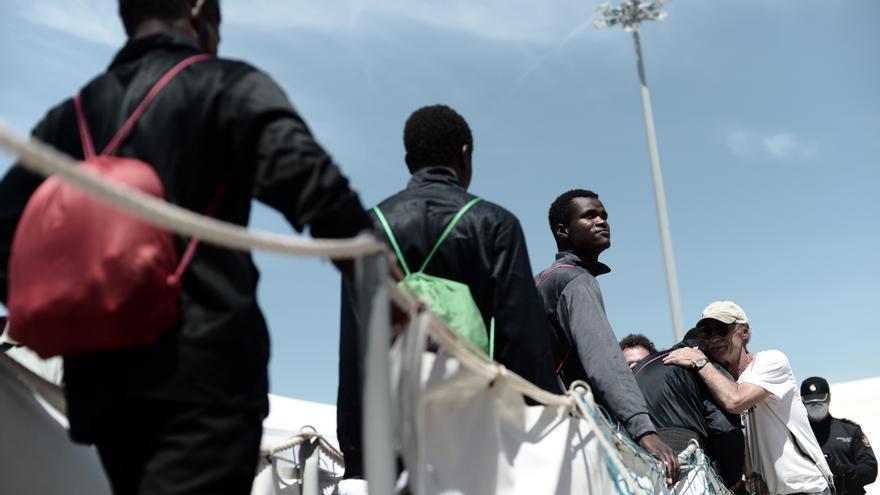 Un grupo de inmigrantes rescatados por el Aquarius desembarca en Valencia