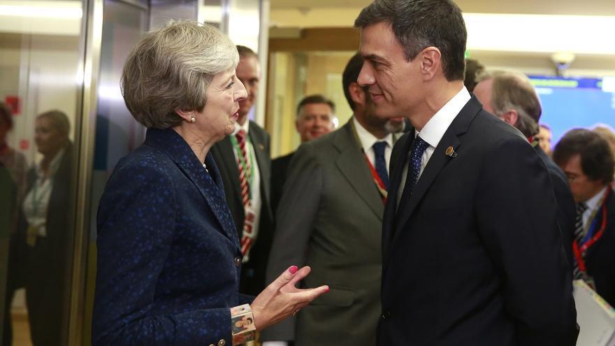 La primera ministra británica Theresa May charla con el presidente español, Pedro Sánchez