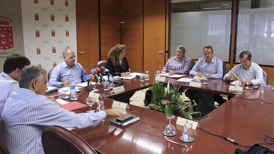 Reunión sobre entre el Cabildo y los ayuntamientos de La Gomera sobre el reparto del Fondo de Desarrollo de Canarias (FDCAN).