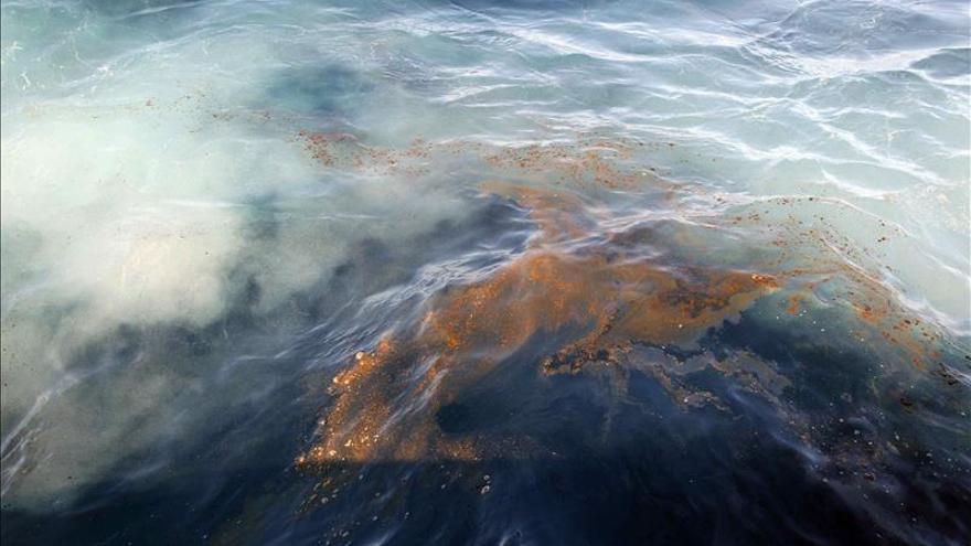 Sellados 3 puntos de fuga de combustible del pesquero hundido en Gran Canaria