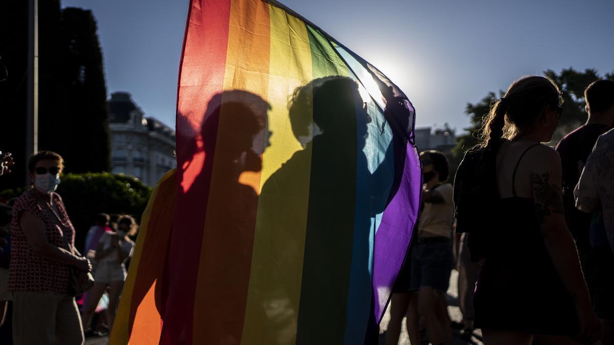 Manifestantes con la bandera LGTBI en el Orgullo Crítico, en Madrid.