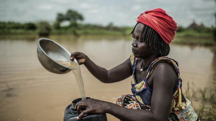 Achta Fadoul recogiendo agua de lluvia contaminada. Vive en Midjiguir, a 23 kilómetros de Mangalmé, en la región de Guera (Chad). Tiene 28 años y 6 hijos / FOTO: Pablo Tosco / Oxfam Intermón