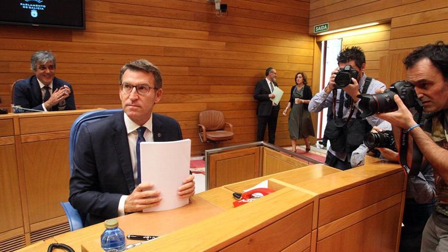 Feijóo maneja documentos durante un pleno del Parlamento gallego