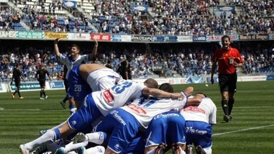 La plantilla del Tenerife celebra uno de los goles (clubdeportivotenerife.es).