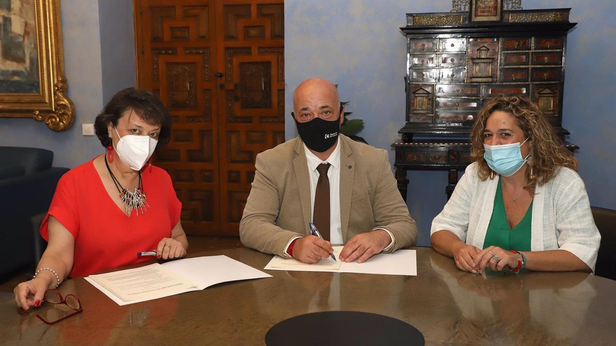 El presidente de la Diputación, Antonio Ruiz, y la subdelegada del Gobierno en Córdoba, Rafaela Valenzuela (izda.), en la firma entre la institución provincial y la Fundación Vicente Núñez.