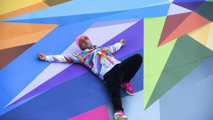 El artista Okuda tumbado sobre una de sus obras | JOAQUÍN GÓMEZ SASTRE