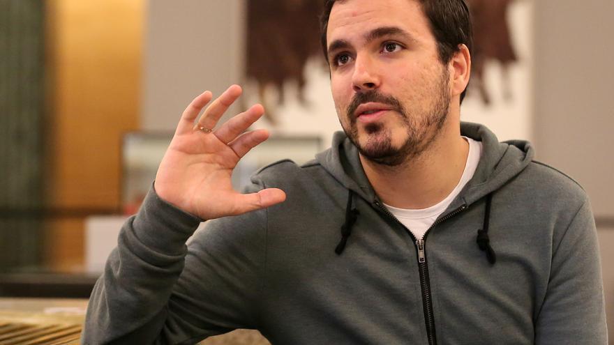 Alberto Garzón, frente al cuadro 'El  abrazo' en el Congreso.