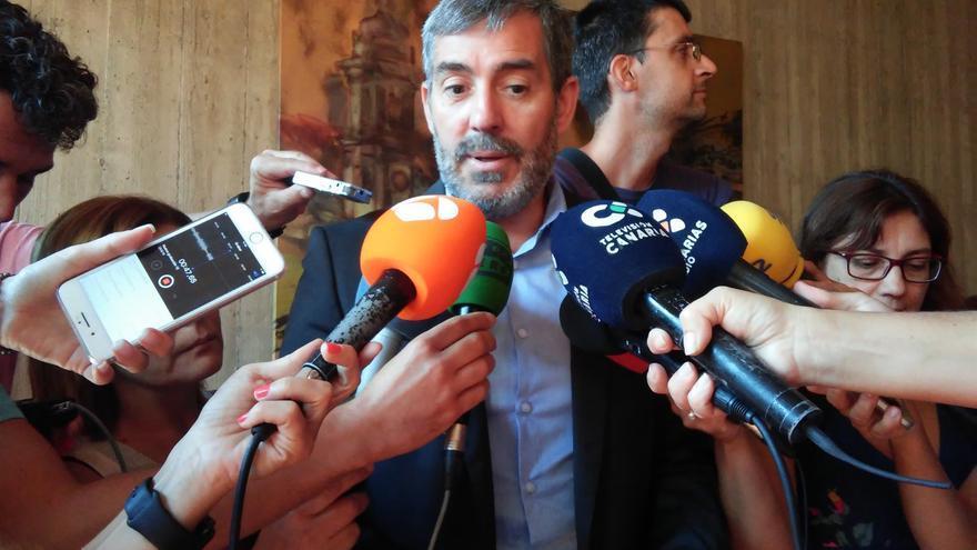 Fernando Clavijo, presidente de Canarias, atiende a los medios de comunicación.
