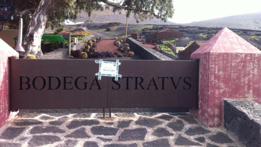 Precinto en la entrada de las bodegas Stratvs en La Geria, Lanzarote. D.L.