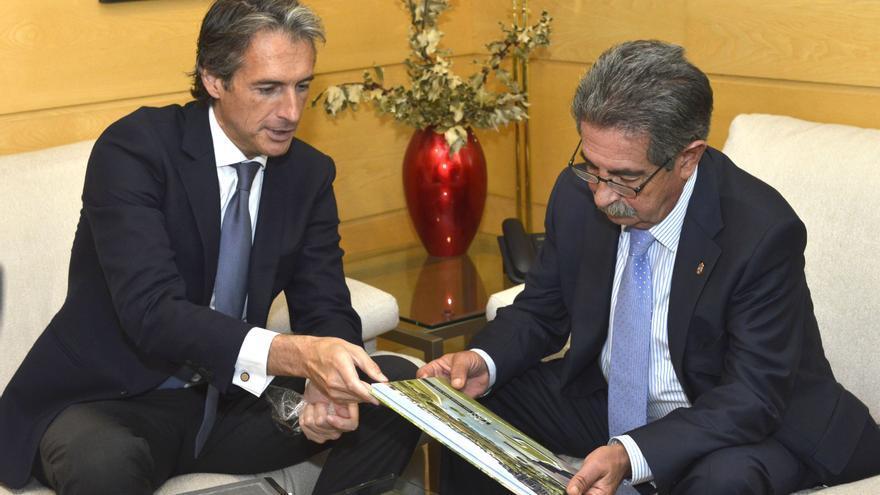 Miguel Ángel Revilla e Íñigo de la Serna durante la reunión mantenida en julio de 2015.