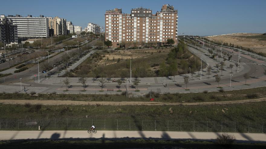 Vista desde el Parque forestal de Valdebebas de la parcela donde el Ayuntamiento planea un edificio de viviendas públicas. / Fernando Sánchez.