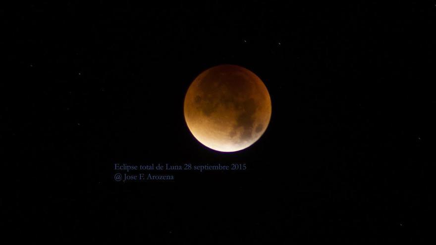 Espectacular imagen del eclipse de Luna  tomada desde una azotea de Santa Cruz de La Palma. Foto: JOSÉ A. AROZENA.