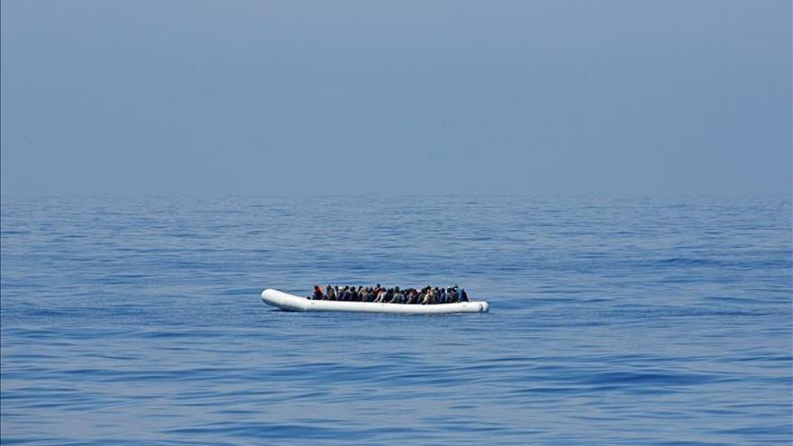 200 personas en una zodiac mientras son rescatadas por el buque de la guardia italiana Denario en el mar Mediterráneo. / EFE.