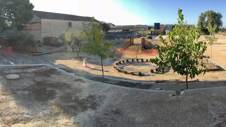 El patio del colegio Santos Samper (Almudévar, Huesca) en septiembre de 2017, en plena transformación