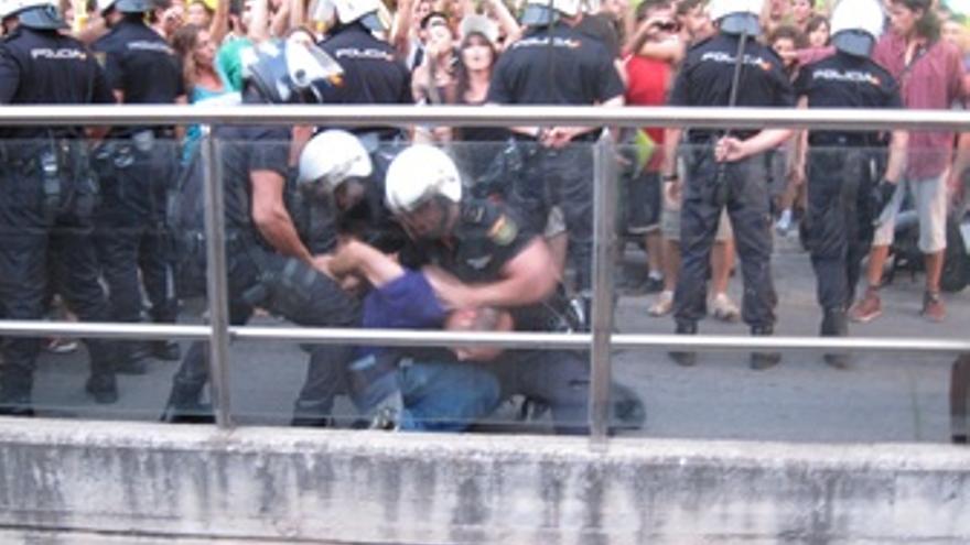 Tres Agentes Tratan De Detener A Un 'Indignado'