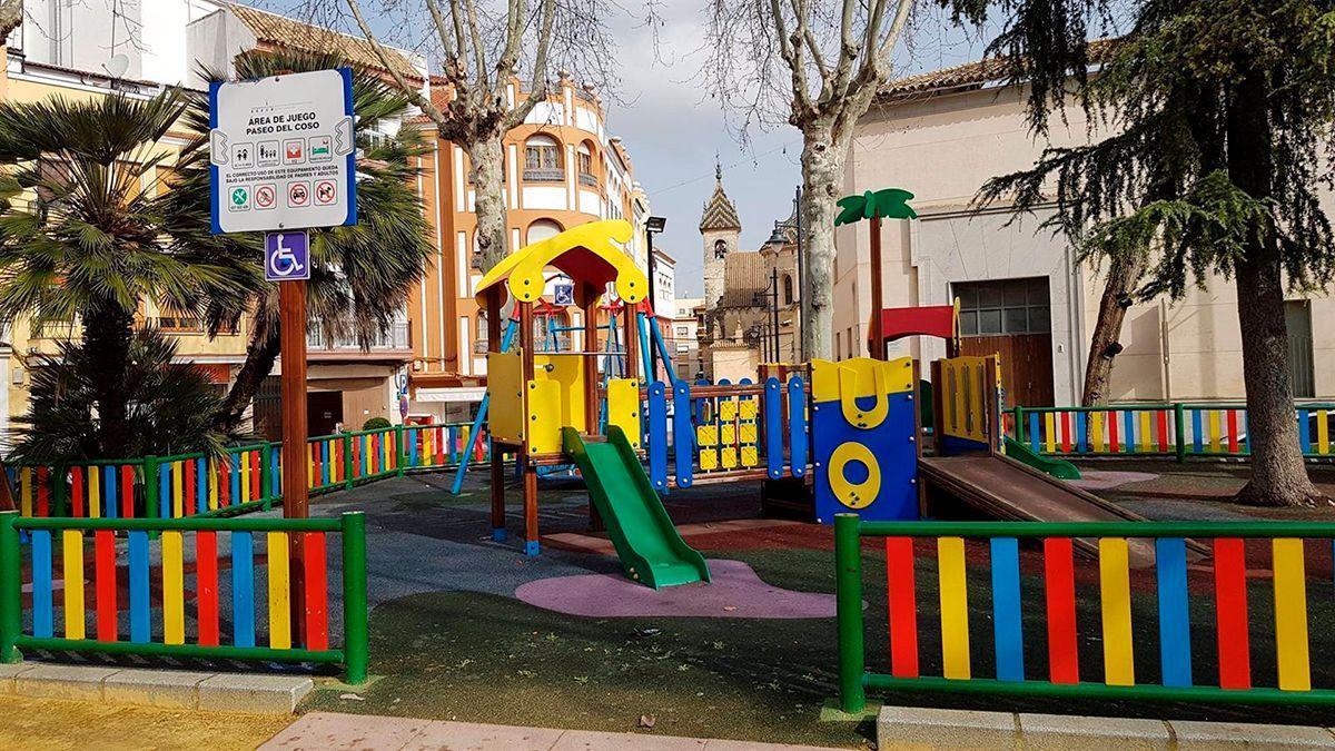 Una zona de juegos infantil en Lucena.