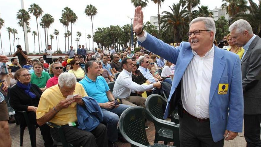 El candidato de Unidos por Gran Canaria al Cabildo, José Miguel Bravo de Laguna, saluda a los asistentes al acto celebrado hoy en para presentar a todos sus candidatos. EFE/Elvira Urquijo A.