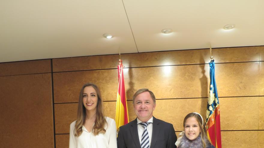 La fallera mayor de Valencia, Raquel Alario, con el delgado del Gobierno, Juan Carlos Moragues, y la fallera mayor infantil, Clara María Parejo Pérez