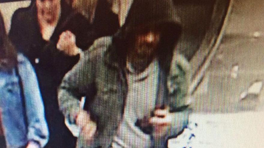 Imagen distribuida por la policía del sospechoso al que están buscando