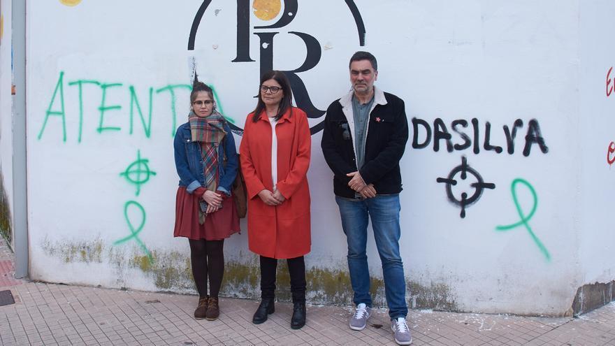 Carme da Silva (centro), ante las pintadas amenazantes acompañada por Anabel Gulías y Demetrio Gómez, concejales del BNG en Pontevedra