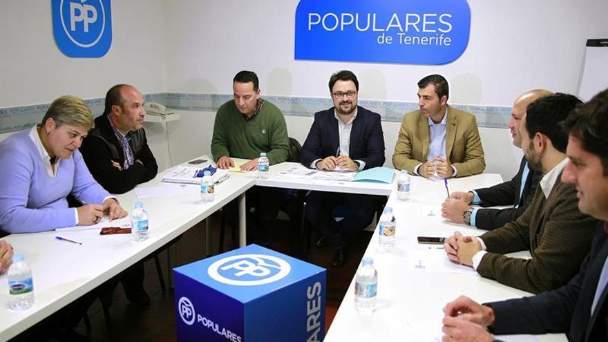 El secretario general del PP de Canarias, Asier Antona (4i), reunido con alcaldes de su partido para fijar la estrategia sobre el reparto de los fondos adicionales del impuesto general sobre el tráfico de empresas (IGTE) de cara a la reunión que mantendrá al respecto la Fecam con el Gobierno de Canaria.