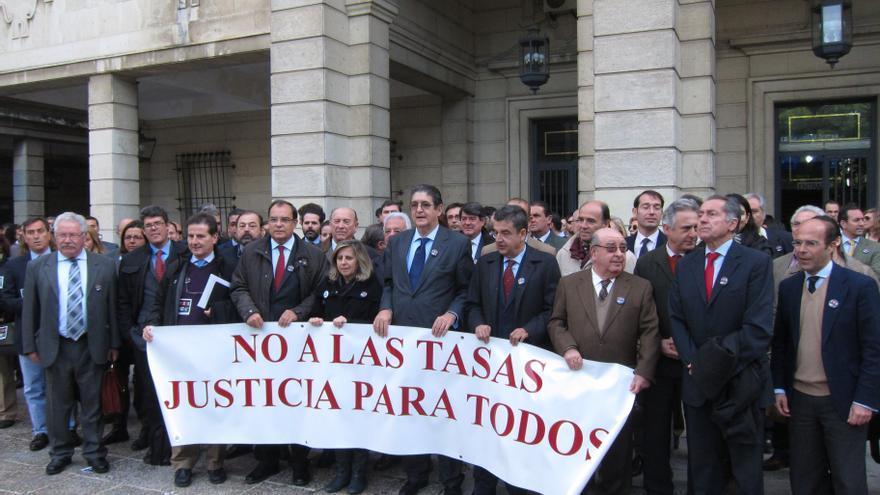 """Centenares de abogados se concentran en toda Andalucía para pedir al Gobierno que """"derogue"""" la ley de tasas"""