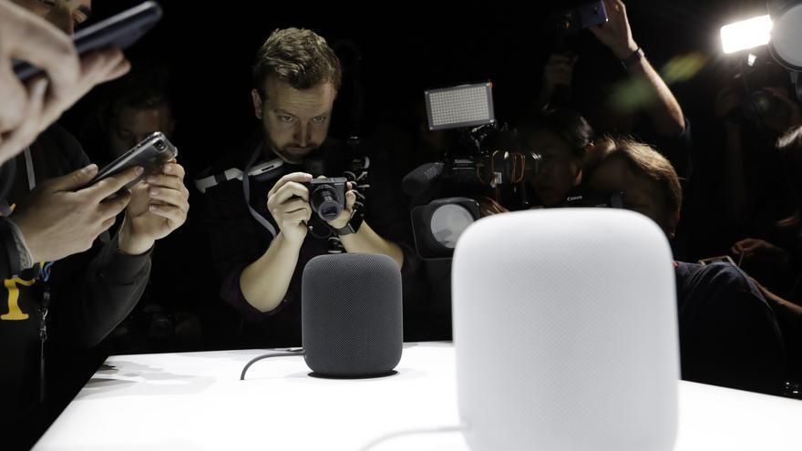 """El HomePod, el """"altavoz inteligente"""" de Apple que integra su asistente de conversación."""