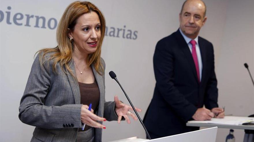 Los consejeros de Hacienda de Canarias, Rosa Dávila (i), y de Economía, Pedro Ortega (d). EFE/Elvira Urquijo A.