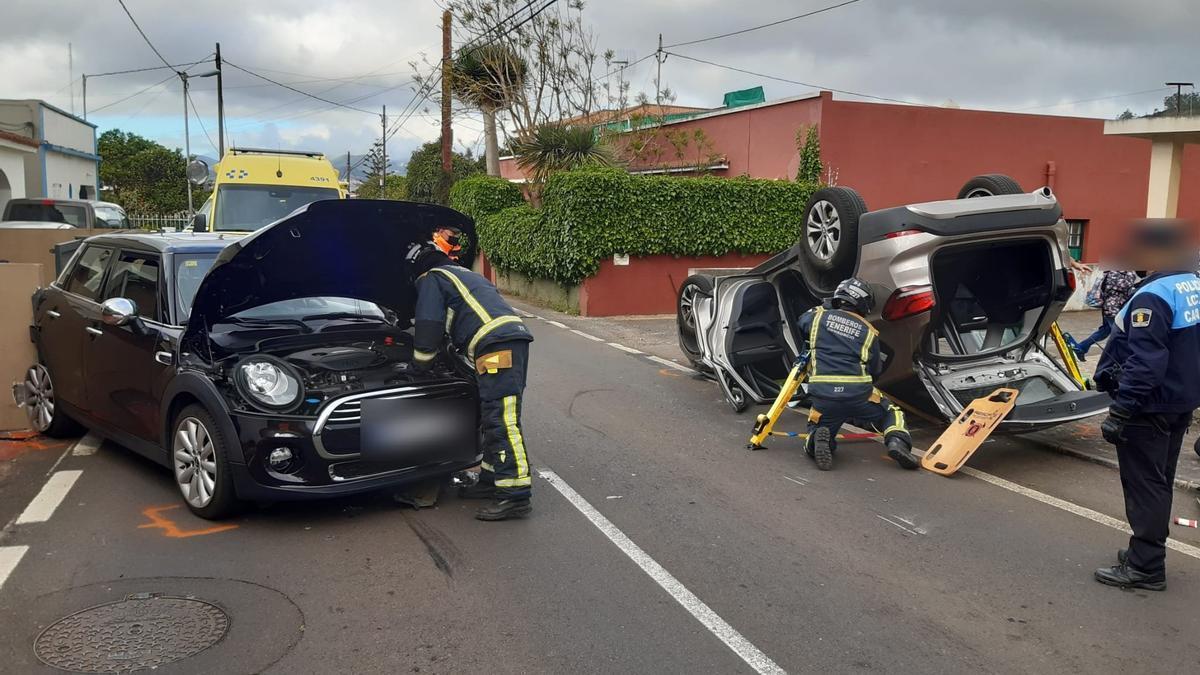 El rescate y la liberación de la persona atrapada en el vehículo tras el accidente