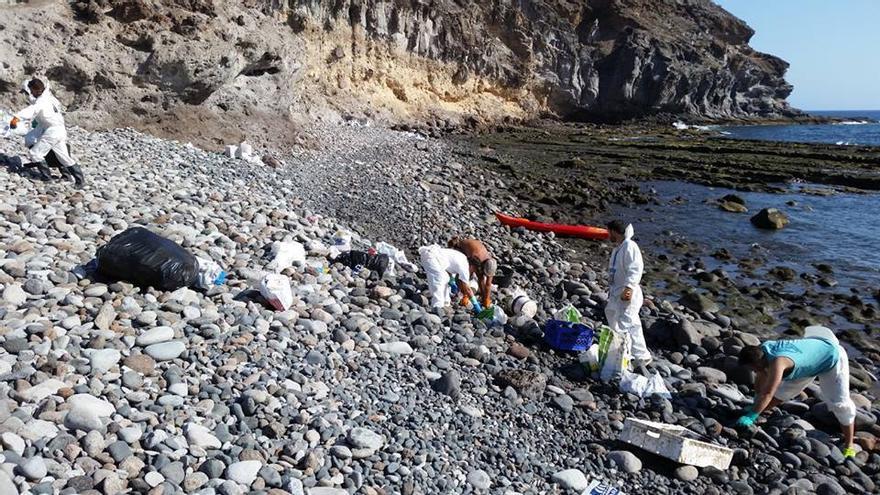Voluntarios limpiando manchas de fuel vertidas por el 'Oleg Naydenov' . ('La otra Cara de la Tragedia')