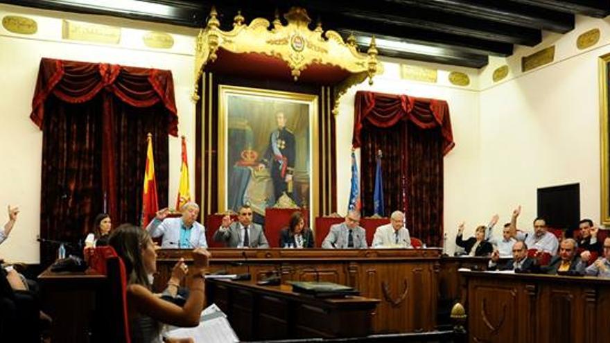 Un momento de una sesión plenaria en el ayuntamiento de Elche