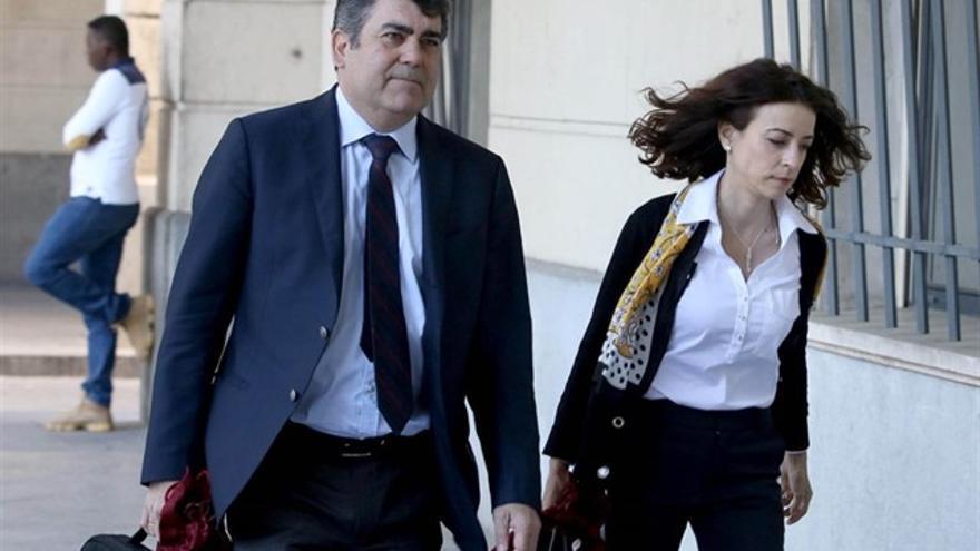 Lourdes Fuster, junto al otro letrado del PP de Andalucía, Luis García Navarro, entrando en la Audiencia de Sevilla