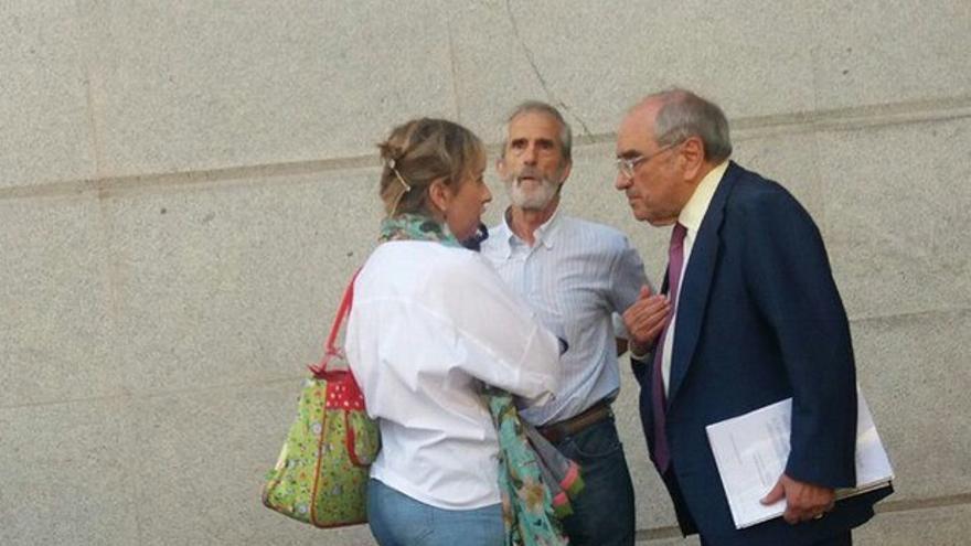 Eva Barroso y José Luis Martínez Ocio conversan con Martín Villa