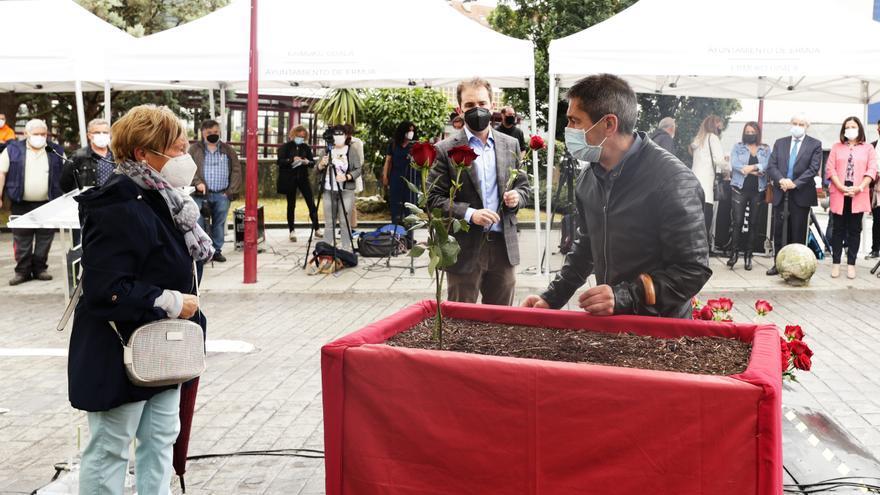 Los hermanos Sotero Mazo Figueroa plantan una rosa durante el acto de homenaje a Sotero Mazo Figueroa y Miguel Ángel Blanco en Ermua (Bizkaia), en presencia del alcalde, Juan Carlos Abascal.