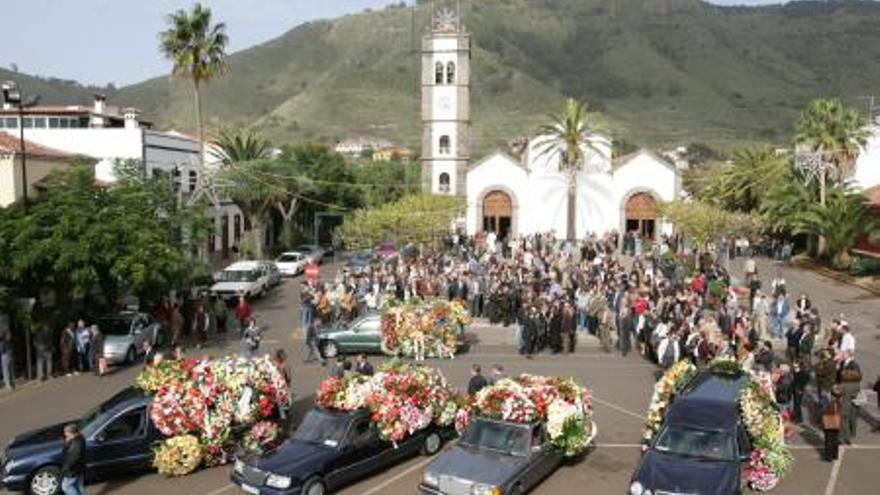 Plaza e iglesia de Tegueste el día del sepelio de Javier Pérez.