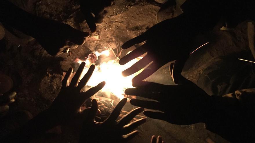 Noche en torno al fuego para paliar el frío de Calais / José Bautista