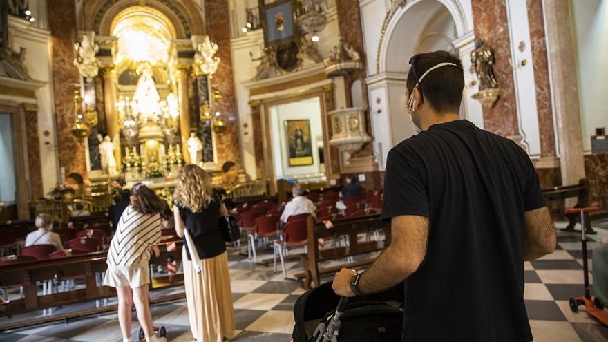 Niños y mayores comparten espacio en la basílica, teóricamente algo prohibido en la fase 0 del estado de alarma.