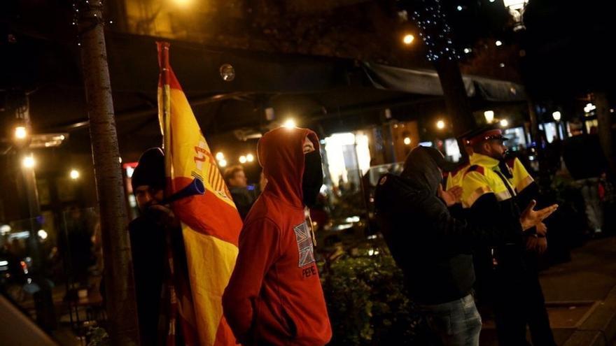 """Cinco personas irrumpen en un acto de Pablo Iglesias en Barcelona al grito de """"¡Viva España!"""""""