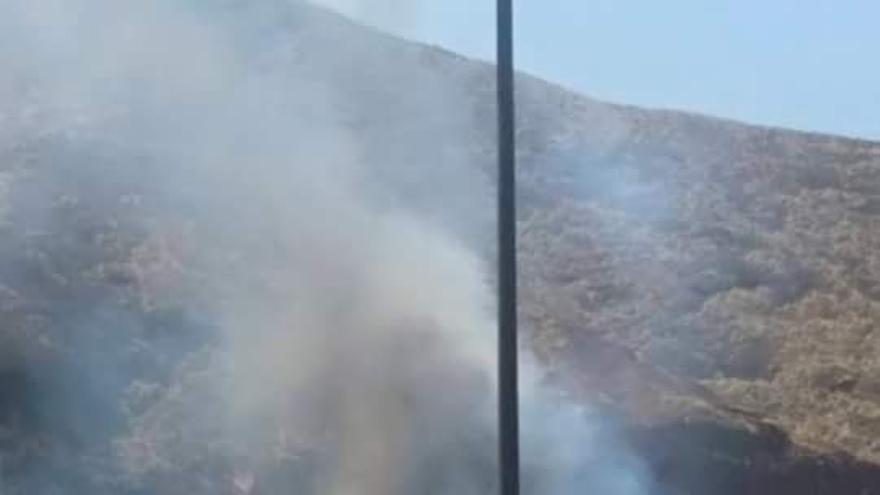 El fuego originó una fuerte humareda. Foto: SERGIO MATOS