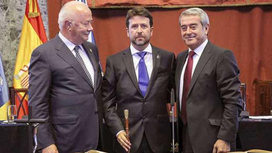 Carlos Alonso, con el bastón de mando del Cabildo de Tenerife, tras dejar la presidencia Melchior, en septiembre de 2013